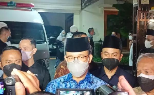 Masih Kenakan Seragam Korpri, Anies Melayat ke Rumah Duka Mertua SBY