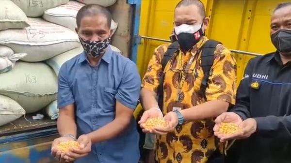 Suroto Peternak Ayam di Blitar yang Viral karena Bentangkan Poster Dapat 2 Truk Jagung dari Jokowi