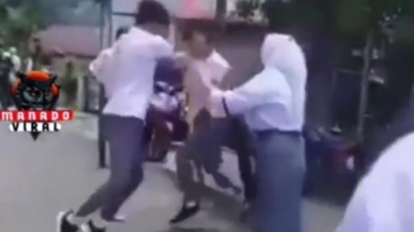 Viral 2 Pelajar SMA Duel Brutal Mirip MMA, Dilerai Siswi Berhijab