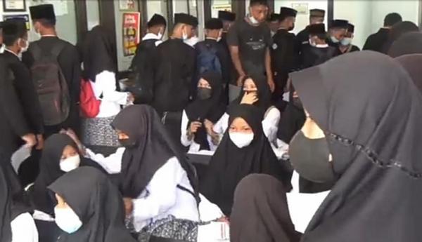 Demi PTM, Pelajar di Purwakarta Rela Berdesak-desakan agar Bisa Divaksin
