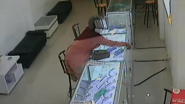 Perempuan Hamil Ini Curi Ponsel hingga Nungging, Aksinya Terekam CCTV