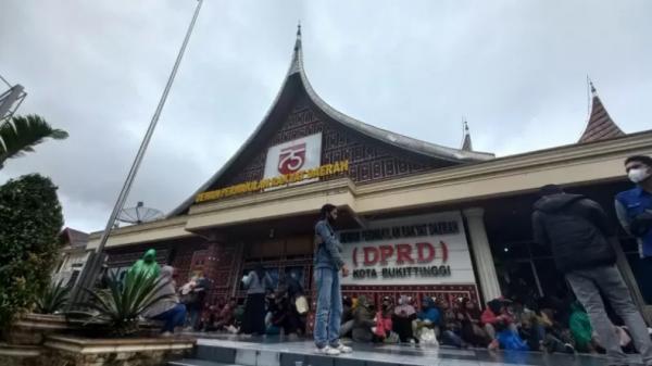 Ketua DPRD Bukittinggi Herman Sofyan Resmi Diberhentikan