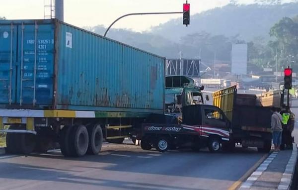 Diduga Rem Blong, Truk Trailer Hantam Sejumlah Kendaraan di Exit Tol Bawen