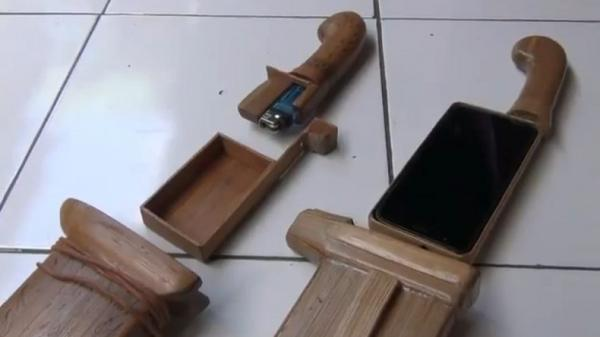 Bangkit saat Pandemi, Tukang Sol Sepatu di KBB Sulap Limbah Bambu Jadi Cashing HP Unik