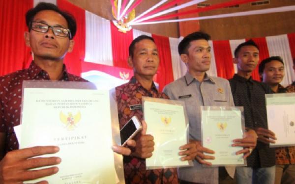 Serahkan 460 Sertifikat Tanah untuk Warga, Bupati Kapuas Hulu Pesan Jangan Digadaikan