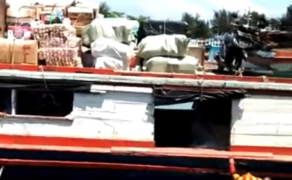 Damkar DKI Jakarta Bantu Evakuasi KM Berkah yang Nyaris Karam di Kepulauan Seribu