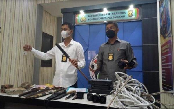 Konyol, Pecandu Narkoba Pura-Pura Mati saat Digerebek Polisi