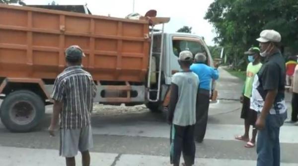 Tolak Aktivitas Galian C, Warga di Grobogan Blokir Jalan Desa