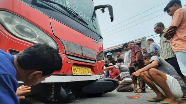 Motor di Padang Pariaman Masuk Kolong Bus, Pengendara Patah Kaki
