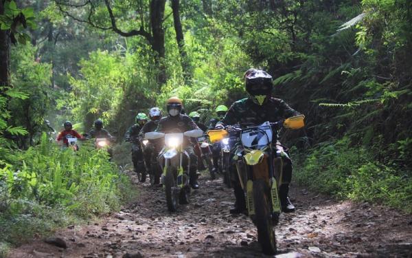 Pangdam Siliwangi Naik Motor Trail Gelar Vaksinasi di Kaki Gunung Tangkuban Parahu
