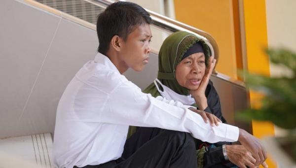 Mengharukan, Potret Ibu Dampingi Putranya Tes CPNS, Beri Semangat meski Tak Lulus