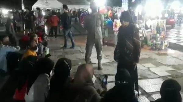 Warga Berkerumun Tanpa Prokes, Wali Kota Banjar Ancam Tutup Alun-alun