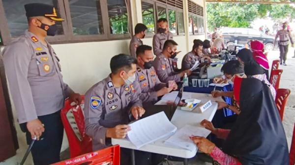 Polres Bitung Salurkan Bantuan kepada 293 PKL dan Warung Terdampak Covid-19
