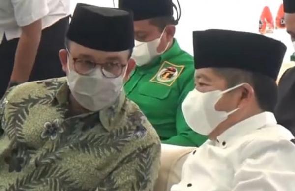 Suharso Kalungkan Tasbih dan Surban ke Anies Baswedan saat Munas PPP di Semarang