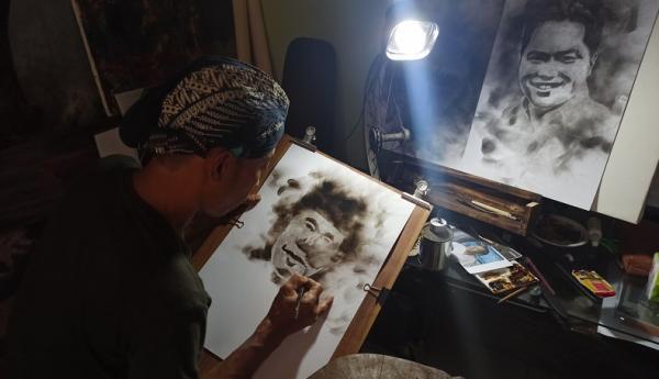 Unik, Pelukis asal Sukabumi Gunakan Jelaga untuk Lukis Jokowi hingga Erick Thohir
