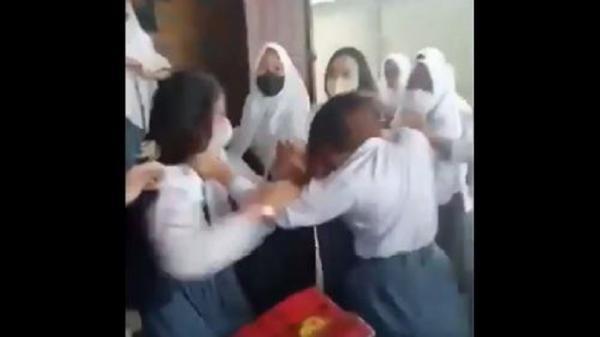 Gegara Unggahan Video TikTok Senggol Dong, Siswi SMA Babak Belur Dikeroyok Senior