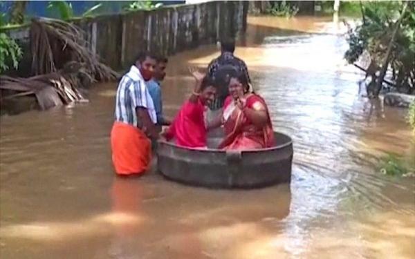 Viral Pasangan Pengantin Naik Panci Besar ke Lokasi Perkawinan gegara Banjir