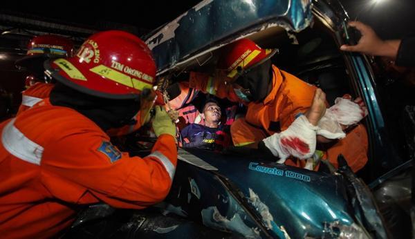 Mobil Ringsek, Begini Proses Evakuasi Sopir Terjepit usai Tabrak Truk di Surabaya