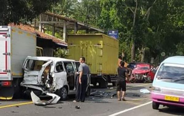 Kecelakaan Beruntun di Secang, Sejumlah Mobil Ringsek Dihantam Truk