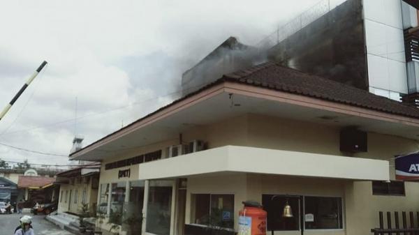 Kebakaran di Polresta Pekanbaru, Asap Hitam Muncul dari Gedung SPKT