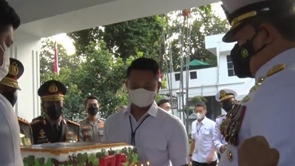 Kejutan, Wakapolri dan Kabareskrim Kunjungi Rumah KSAL Bawa Kue Berukuran Besar