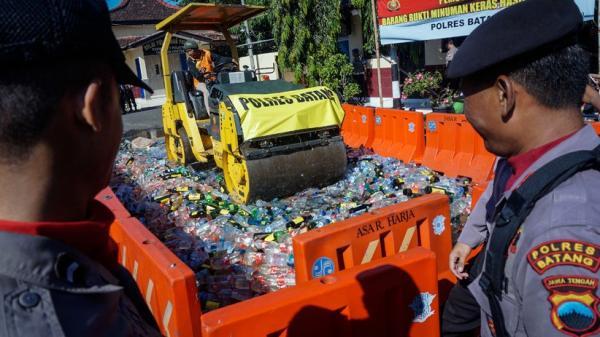 Pemkab Bekasi Musnahkan 10.195 Botol Miras Jelang Ramadan
