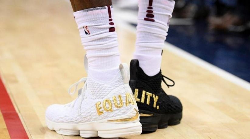 Gunakan Sepatu Beda Warna, LeBron James Kirim Pesan Khusus