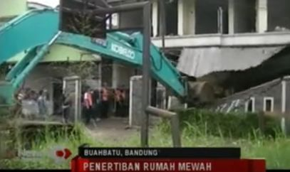 Rumah Mewah di Bandung Ini Dihancurkan dengan Alat Berat