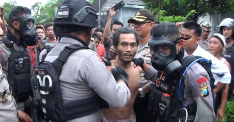 Amankan Orang Gila Mengamuk Bawa Celurit, Polisi Lepaskan Gas Air Mata