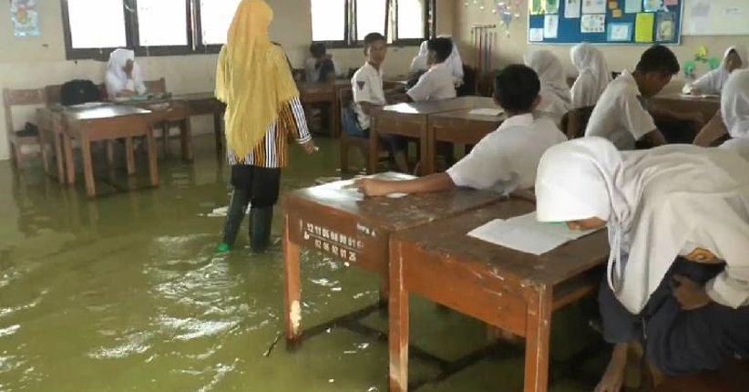 Ratusan Siswa di Pekalongan Belajar dengan Ruang Kelas Terendam Banjir