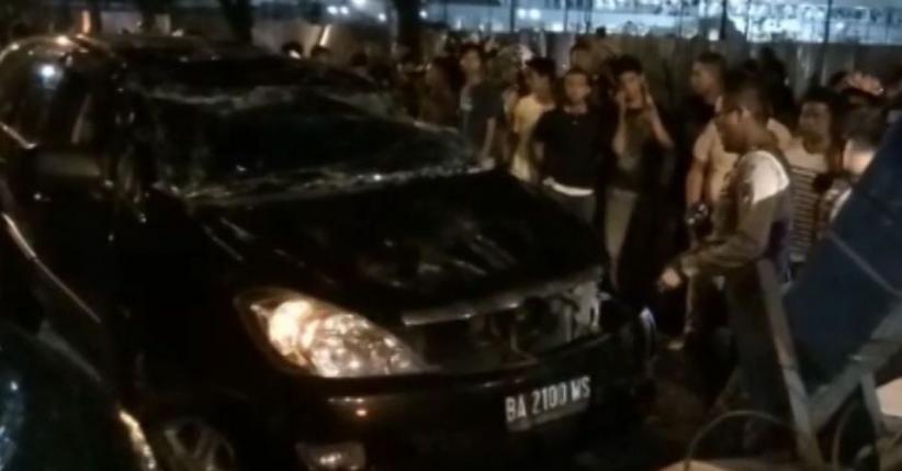 Kebut-Kebutan, 1 Mobil Tabrak Pembatas dan Terguling di Padang