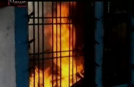 Petugas Pemadam Kebakaran Terluka Saat Padamkan Api
