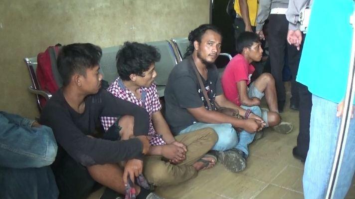 Polisi Dilempari Ratusan Warga dan Diancam saat Gerebek Narkoba di Galang