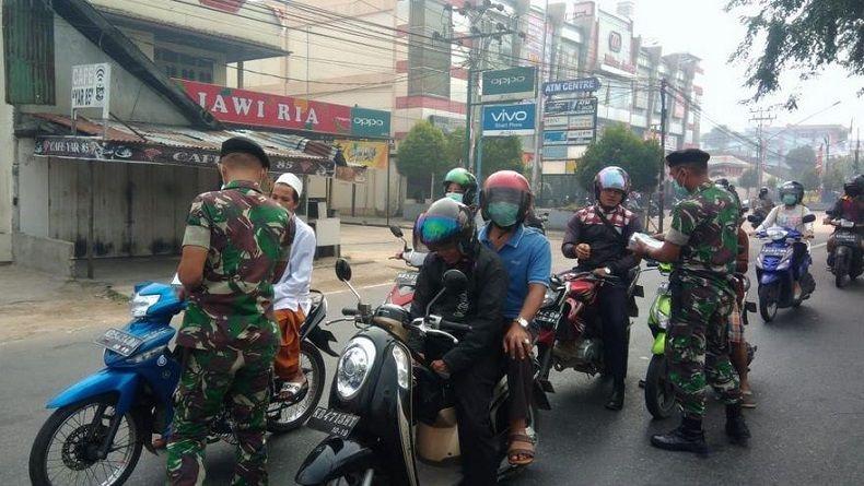Kabut Asap Kebakaran Lahan di Pontianak, TNI Bagikan 15.000 Masker