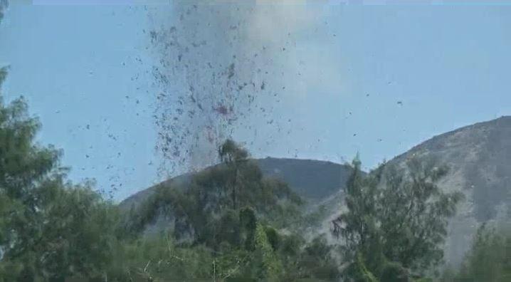 Gunung Anak Krakatau Meletus 2 Kali, Warga Diminta Jauhi Radius 2 Km