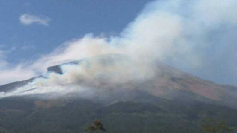 Water Bombing di Gunung Sindoro dan Sumbing Terkendala Cuaca
