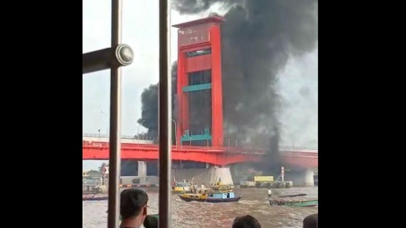 Video Detik-Detik Kapal Terbakar di Bawah Jembatan Ampera Sungai Musi