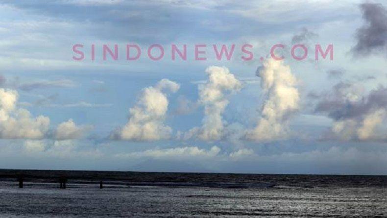 Awan Berlafaz Allah Terlihat di Atas Gunung Krakatau