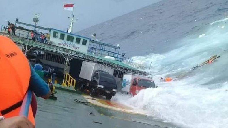 Kapal Feri Karam di Pulau Pasir Nagekeo NTT, 83 Penumpang Dievakuasi