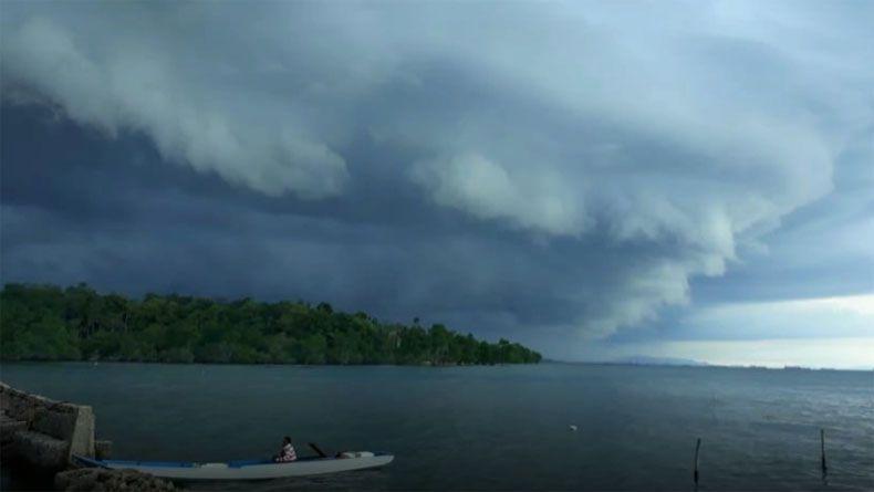 Awan Berbentuk Tsunami Selimuti Langit Kendari Bmkg Waspadai Badai