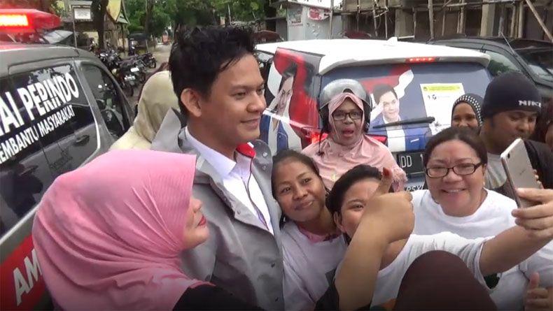Kunjungi Korban Banjir, Caleg Perindo Andi Arsyil Jadi Rebutan Selfie