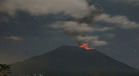 Gunung Agung Erupsi, Sinar Api Terlihat dari Bukit Asah