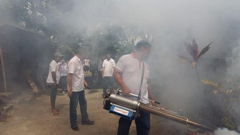 Cegah Penyebaran DBD, DPW Perindo Sulut Fogging Desa Kalawat di Minut