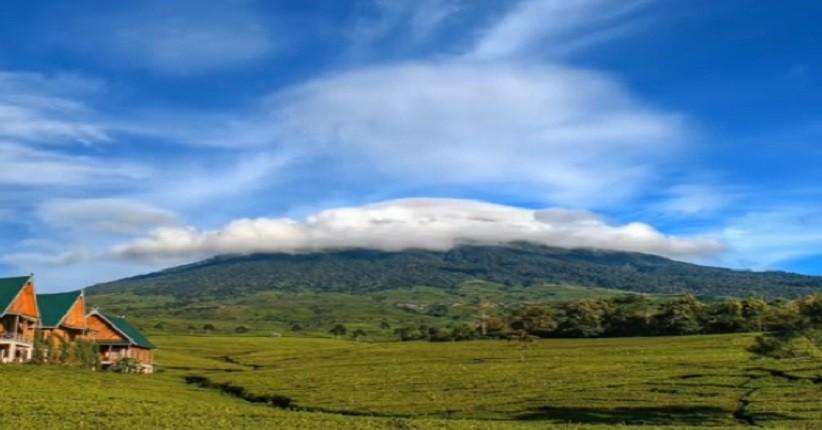 Mengintip Keindahan Gunung Dempo Yang Dikelilingi Bukit Barisan Hijau