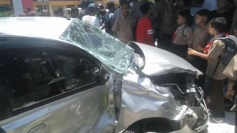 Kereta Api Rapih Dhoho Tabrak Avanza di Tulungagung, Pengemudi Tewas