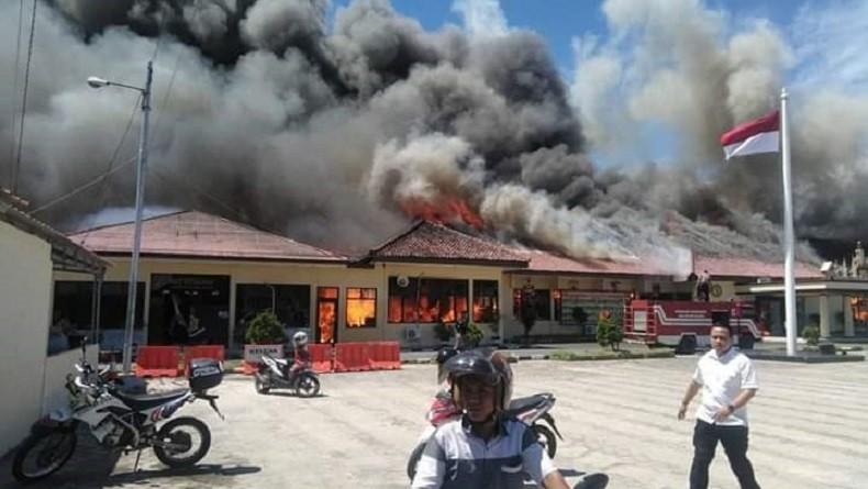 Mapolres Lampung Selatan Terbakar Hebat Siang Ini