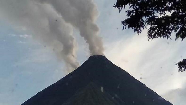 Gunung Karangetang di Sitaro Erupsi Luncurkan Lava Sejauh 1,5 Km