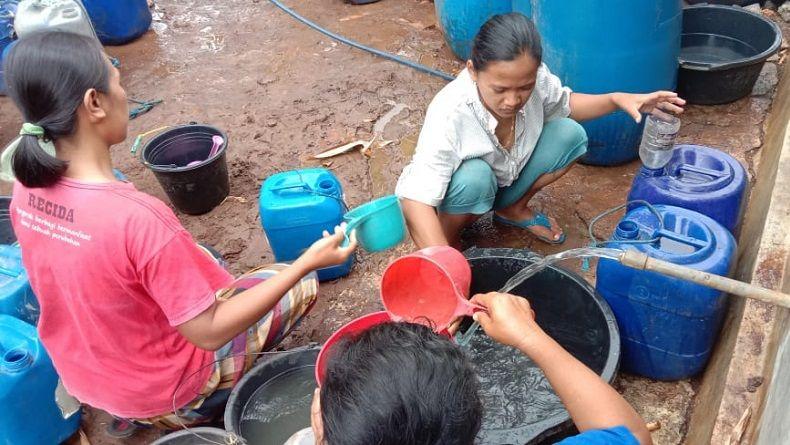 Alami Kekeringan, Warga Gunungkidul Berebut Bantuan Air Bersih