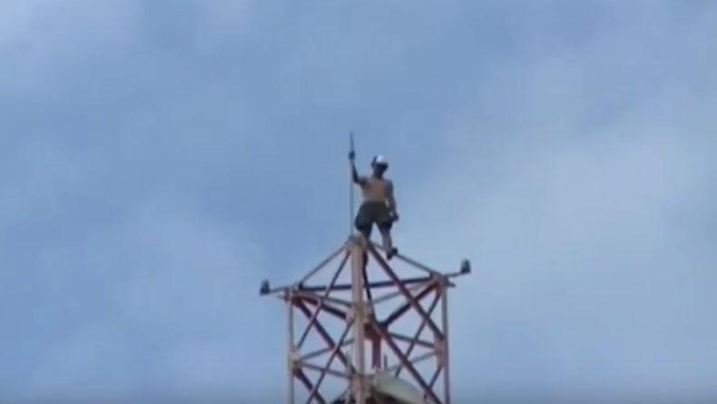 Putus Cinta, Pemuda di Cilacap Nyaris Bunuh Diri Naik Tower Setinggi 75 Meter