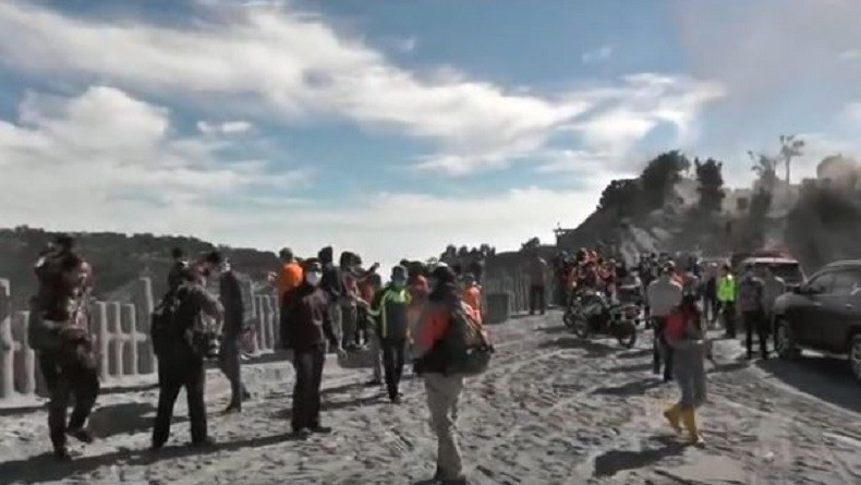 Kawasan Taman Wisata Alam Gunung Tangkuban Parahu Diselimuti Abu Vulkanik